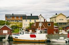 Naves amarradas entre los edificios Fotografía de archivo