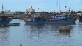 Naves azules del vietnamita amarradas en el río las banderas rojas se desarrollan en el viento metrajes