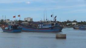 Naves azules del vietnamita amarradas en el río las banderas rojas se desarrollan en el viento almacen de video