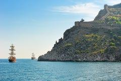 Naves de la vela y fortaleza antigua Imagen de archivo libre de regalías