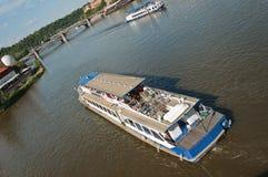 Naves de los turistas en el río Imágenes de archivo libres de regalías
