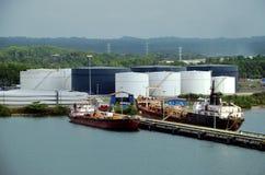 Naves de petrolero en la refinería en el puerto de Cristobal, Panamá fotos de archivo