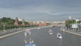 Naves del Kremlin y del viaje en un río almacen de metraje de vídeo