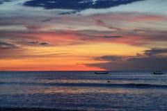 Naves del mar en fondo de la puesta del sol en Bali Imagen de archivo