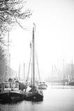 Naves en blanco y negro portuario imagenes de archivo
