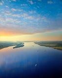 Naves en el gran río durante las noches blancas Imágenes de archivo libres de regalías