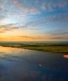Naves en el gran río durante ocaso Foto de archivo libre de regalías