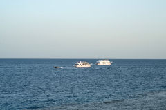 Naves en el mar barco de la velocidad en el Mar Rojo Fotos de archivo libres de regalías