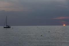 Naves en el mar durante puesta del sol Imagenes de archivo