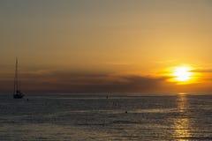 Naves en el mar durante puesta del sol Imagen de archivo libre de regalías