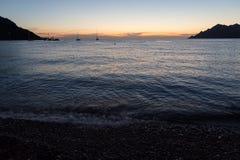 Naves en el mar durante puesta del sol Foto de archivo libre de regalías