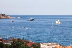Naves en el mar jónico cerca de la ciudad de Giardini Naxos Foto de archivo libre de regalías