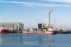 Naves en el puerto de Harlingen, Países Bajos Imagenes de archivo