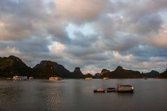 Naves en la bahía de Halong en la puesta del sol Imágenes de archivo libres de regalías
