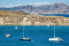 Naves en la laguna azul mediterránea Fotografía de archivo libre de regalías