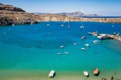 Naves en la laguna azul mediterránea Imágenes de archivo libres de regalías