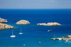 Naves en la laguna azul mediterránea Acantilados rocosos griegos y t Imagen de archivo libre de regalías