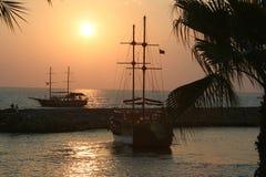 Naves en la puesta del sol Fotos de archivo libres de regalías