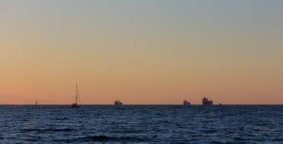 Naves en la puesta del sol fotografía de archivo