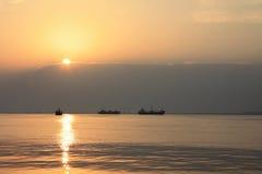 Naves en la puesta del sol Fotos de archivo