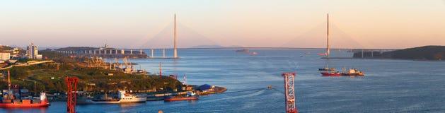 Naves en la puesta del sol en el estrecho del este de Bosphorus. foto de archivo libre de regalías