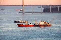 Naves en la puesta del sol en el estrecho del este de Bosphorus. fotografía de archivo libre de regalías