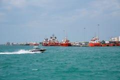 Naves en Zayed portuario, Abu Dhabi del aceite del cargo fotografía de archivo libre de regalías