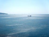 Naves entre el cielo y el mar Fotografía de archivo libre de regalías