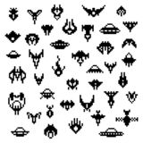 Naves espaciales extranjeras del pixel, un sistema del vector de iconos retros del pedazo del estilo 8 ilustración del vector