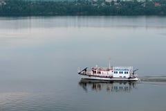Naves hermosas en el río Fotos de archivo libres de regalías