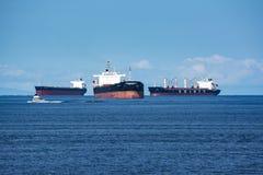 Naves logísticas y del transporte en puerto fotos de archivo