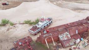 Naves oxidadas viejas en el riverbank en la arena Pel?cula a?rea metrajes