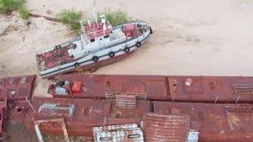 Naves oxidadas viejas en el riverbank en la arena Pel?cula a?rea almacen de video