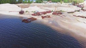 Naves oxidadas viejas en el riverbank en la arena Pel?cula a?rea almacen de metraje de vídeo