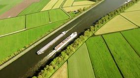 Naves que pasan en paisaje holandés típico almacen de metraje de vídeo