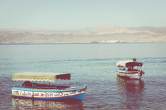 Naves turísticas en la playa de Aqaba, Jordania Centro turístico popular, l Fotos de archivo