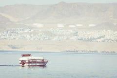 Naves turísticas en la playa de Aqaba, Jordania Centro turístico popular, l Fotos de archivo libres de regalías