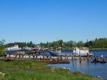 Naves viejas oxidadas en el muelle Fotos de archivo