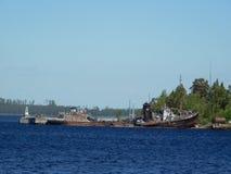 Naves viejas oxidadas en el muelle Imagenes de archivo