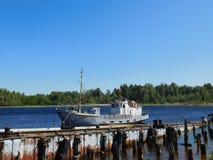 Naves viejas oxidadas en el muelle Imágenes de archivo libres de regalías