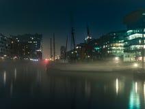 Naves viejas que emergen para formar la niebla durante la noche en Hamburgo imagen de archivo libre de regalías