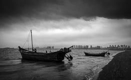 Naves y aguas tempestuosas Imagenes de archivo
