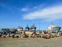 Naves y barcos en el Skala du Port imagenes de archivo