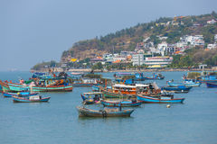 Naves y barcos por Vungtau, Vietnam Foto de archivo libre de regalías