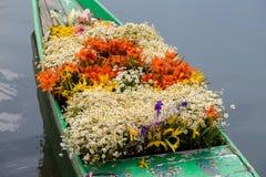 Naves y flores en Dal Lake en Srinagar La India imagenes de archivo