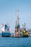 Naves y grúas en acceso foto de archivo