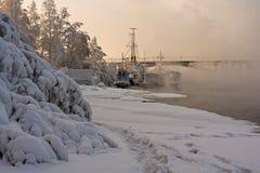 Naves y río helados en una niebla escarchada Foto de archivo libre de regalías