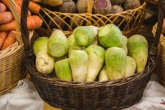 Navet vert dans le panier au marché agricole Image stock