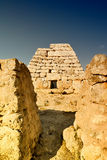 Naveta des Tudons -史前荐骨的金字塔,梅诺卡岛,西班牙 免版税图库摄影