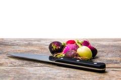 Navets colorés sur une planche à découper en bois Image stock